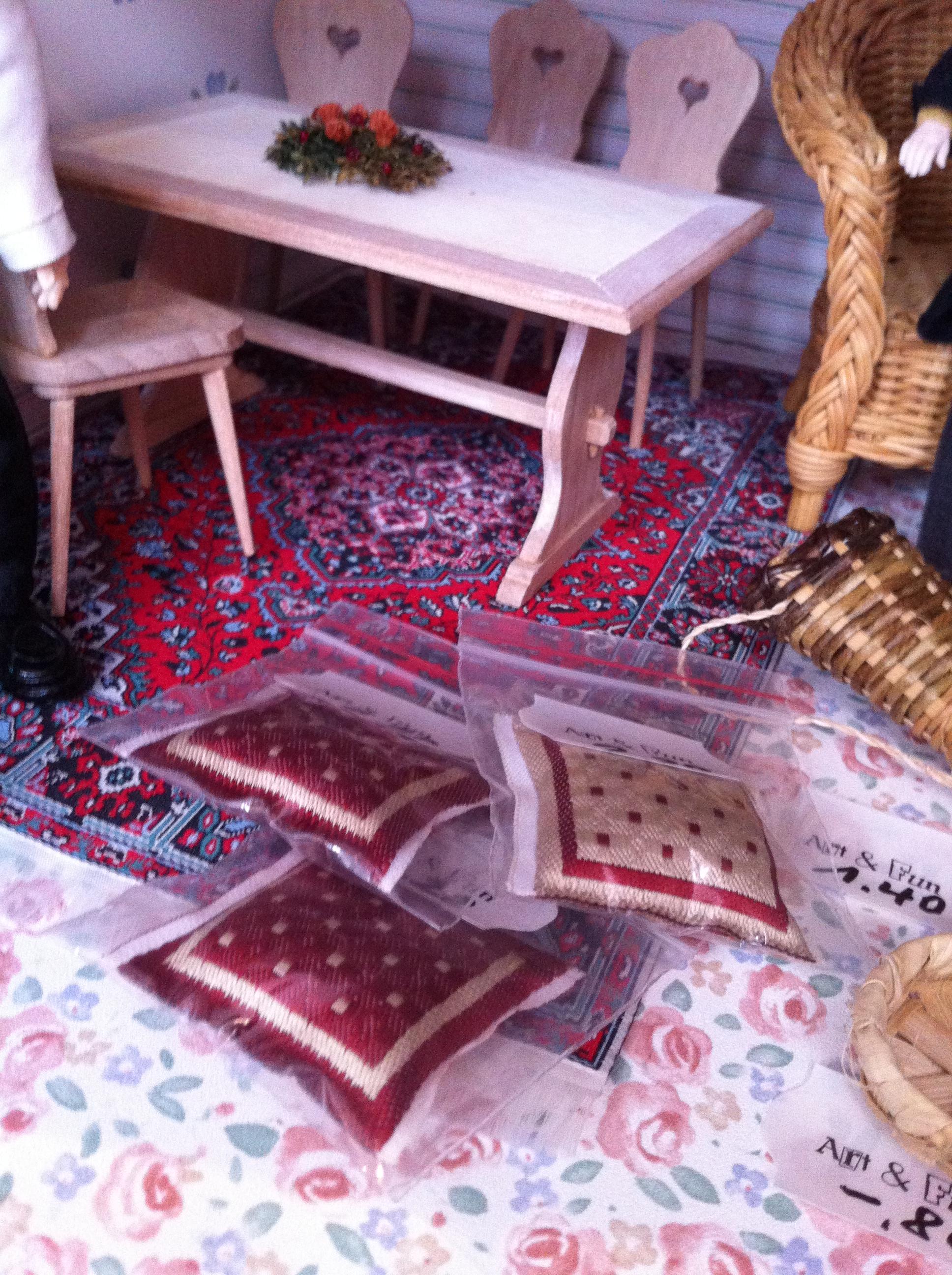 kissen weiss mit roten punkten f r puppenstuben art fun. Black Bedroom Furniture Sets. Home Design Ideas