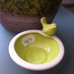 Schälchen mit Spatz, Vogeltränke grün glasiert, Keramik